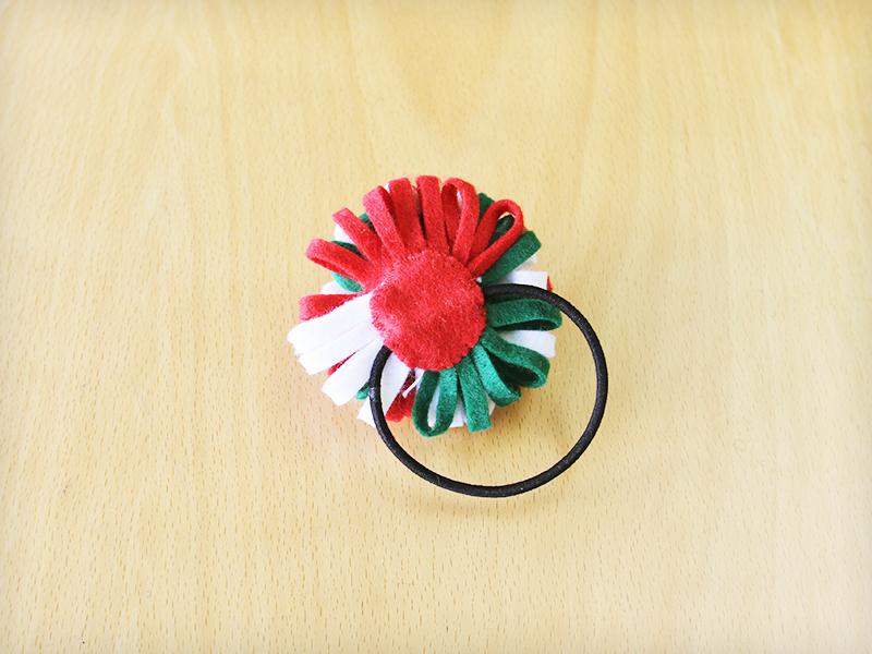 フェルトで作るクリスマスカラーの髪飾り(裏)