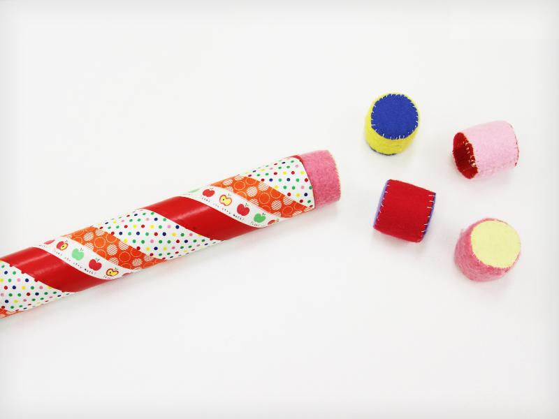 ラップ芯おもちゃの中に、ペットボトルキャップ
