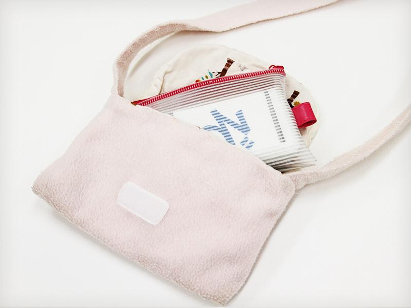 バッグの中には名刺カードが入っています