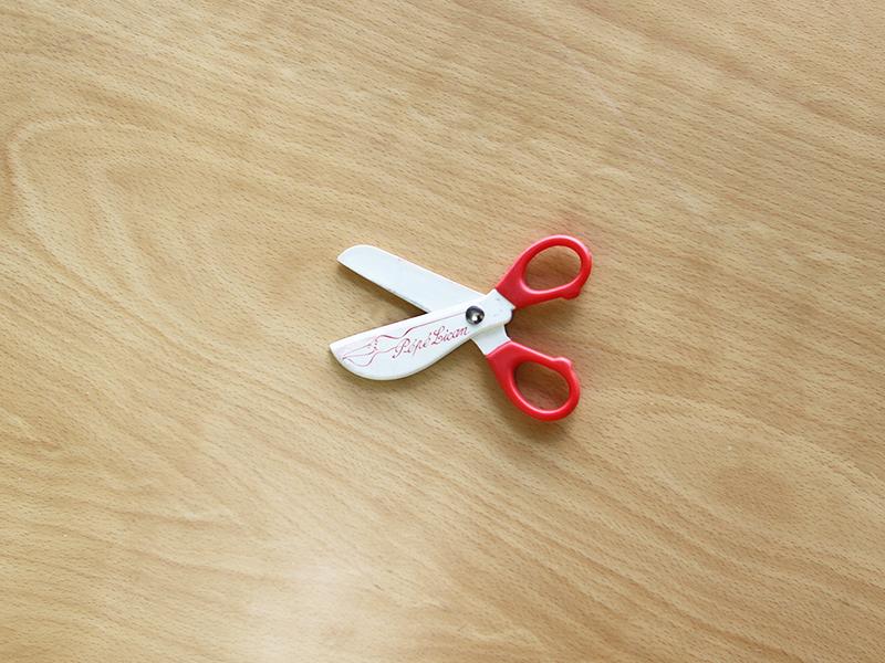 プラスチック製の赤いハサミ
