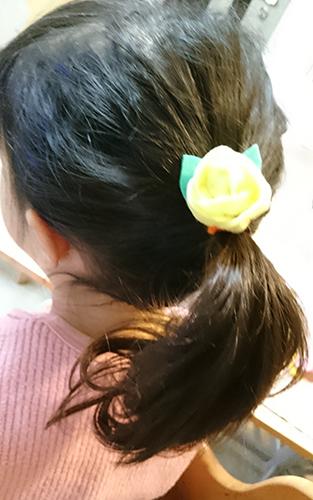 小さい玉バラは髪留めに