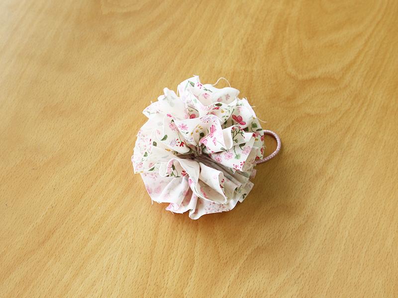 ガーリーなお花のポンポンヘアゴム